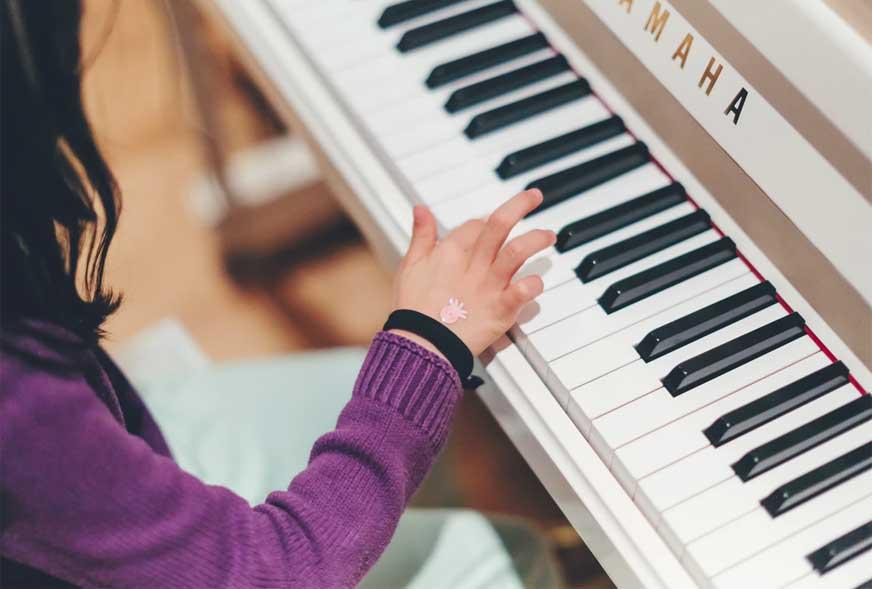 nauka gry na instrumencie przez dziecko